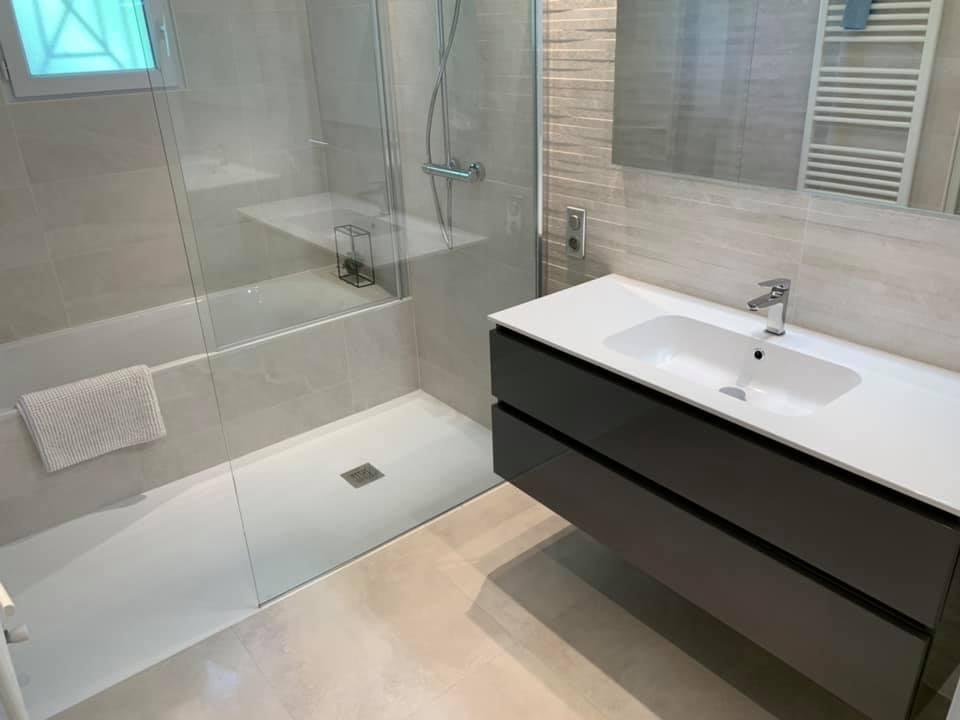 une salle de bain avec une douche italienne