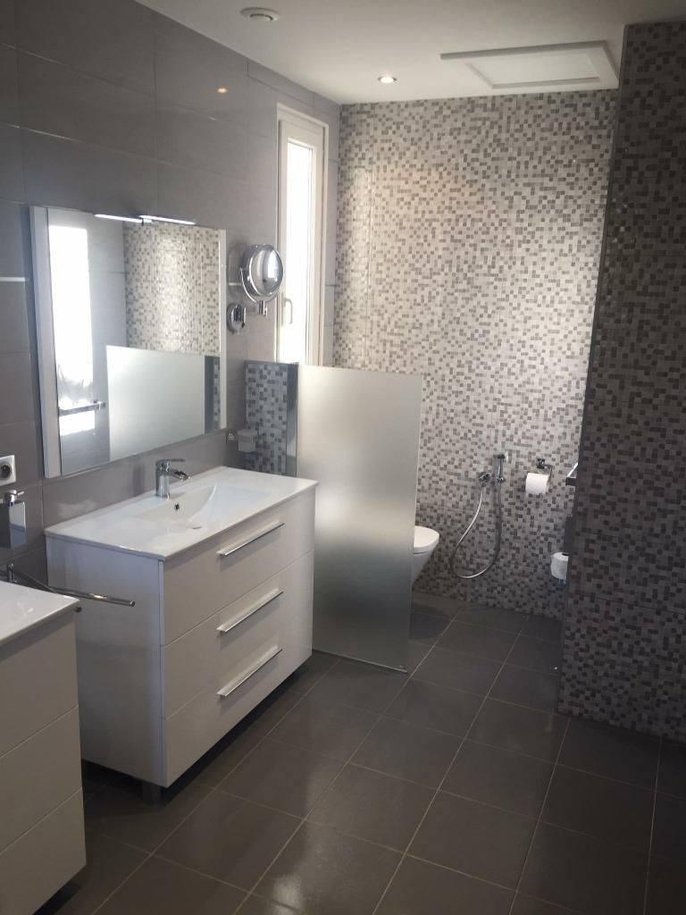 une douche avec un receveur ultra plat pour la rénovation de salle de bain