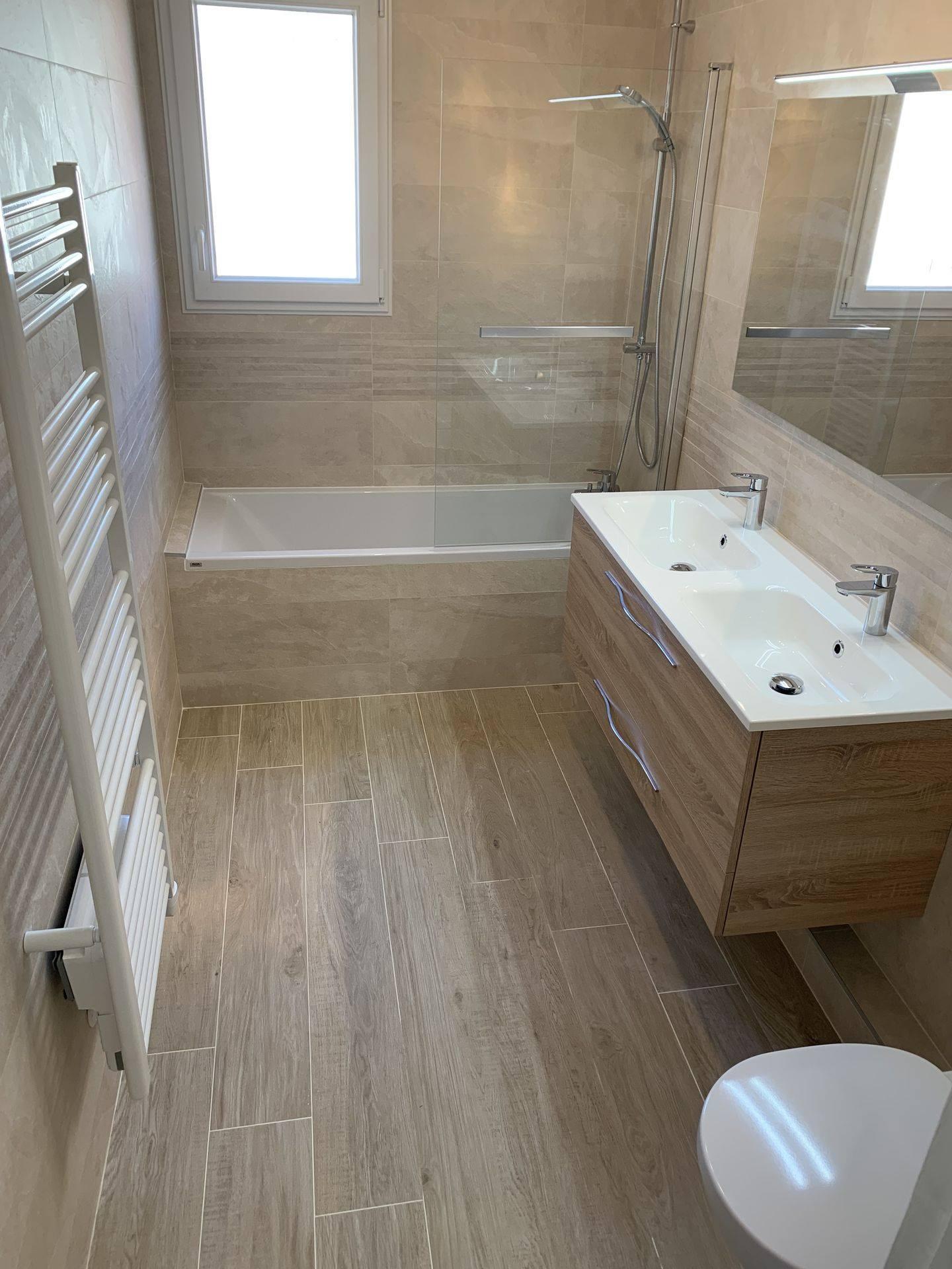 une salle de bain avec baignoire lors de la rénovation de votre salle de bain